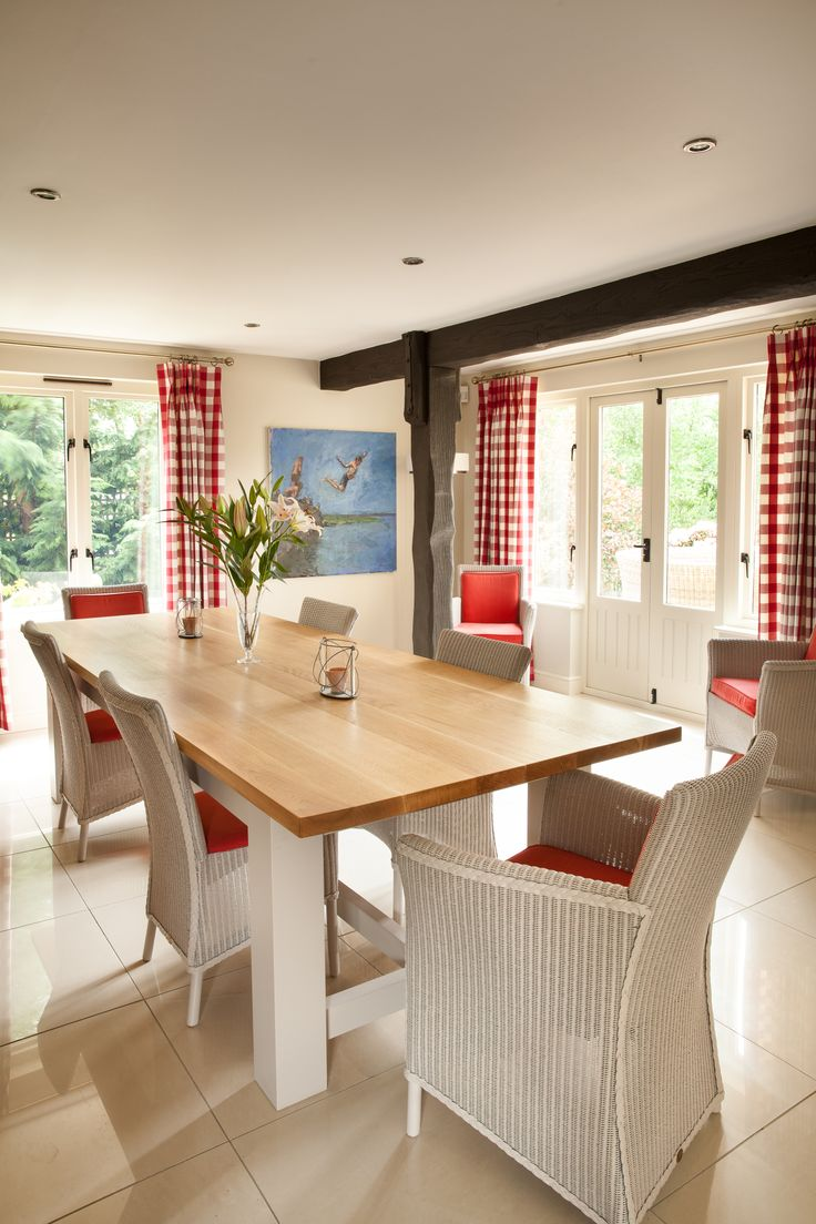 A matching set: this hand-crafted dining room table complements the units to ensure absolute cohesion and add an extra element of charm to this stunning kitchen.