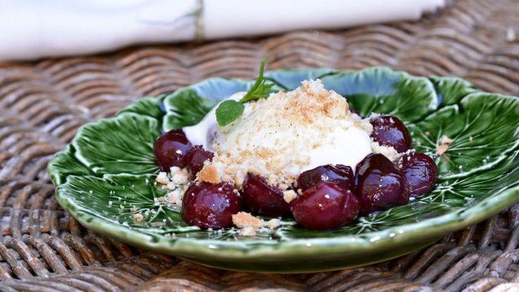 Sencilla receta paso a paso y con foto de Cerezas salteadas con crema de queso tostada perfecta para una cena de la huerta al aire libre este verano.