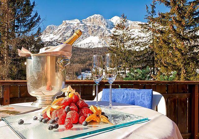 """""""🇮🇹 Кортина-д'Ампеццо —Королева Доломитовых Альп, единственный итальянский курорт, входящий в престижную группу лучших альпийских курортов Best of the Alps! ❄️Классные отели и рестораны, магазины, клубы, богатый набор послелыжных развлечений… В Кортину едут не только для того, чтобы покататься, а прежде всего со вкусом провести время. Для любителей экскурсий — в городе и окрестностях есть несколько интересных музеев. 🎿Представляем Вам отель Grand Hotel Savoia, расположенный в центре…"""