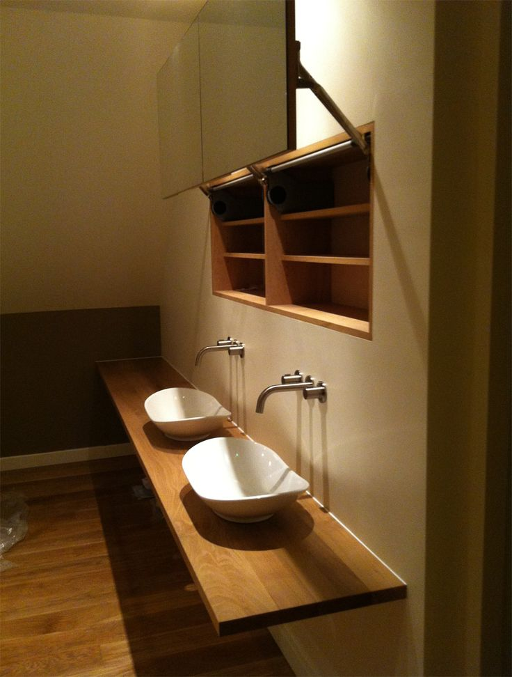 Eiken blad en open spiegelkast in badkamer Oak blad with open mirrorcabin in bathroom