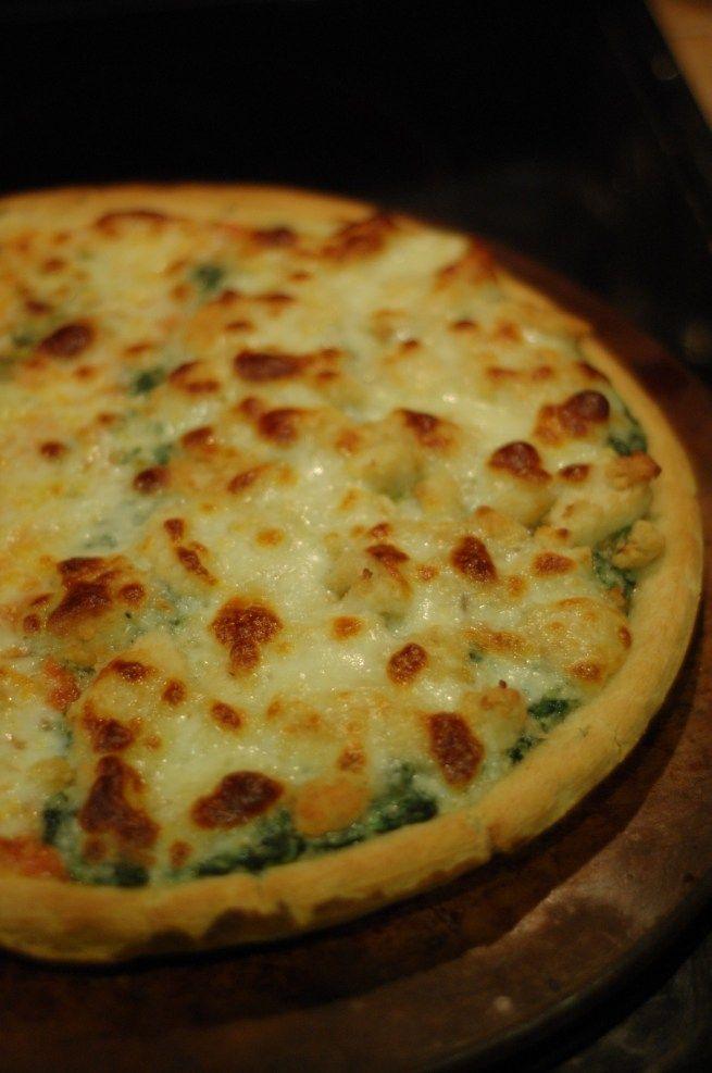 Skinny Alfredo Chicken Pizza with Spinach