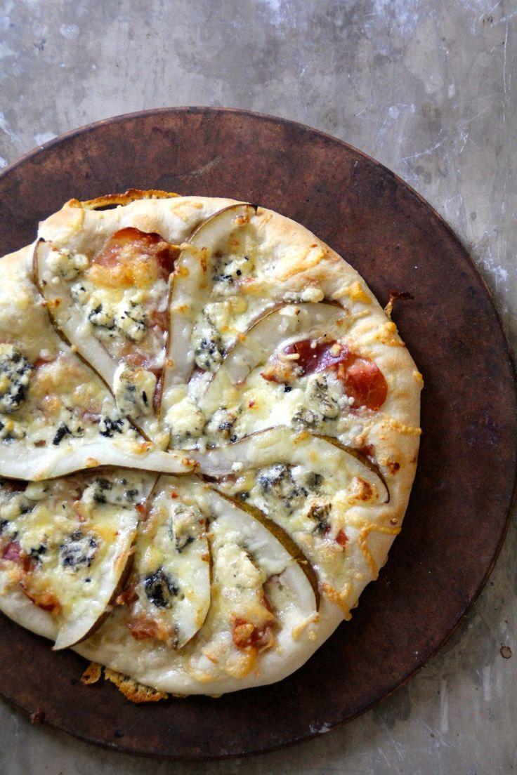 Pizza med Selbu Blå, spekeskinke og pære - en spektakulær kombinasjon. Besøk bloggen Mat på Bordet for denne og andre gode pizzaoppskrifter!