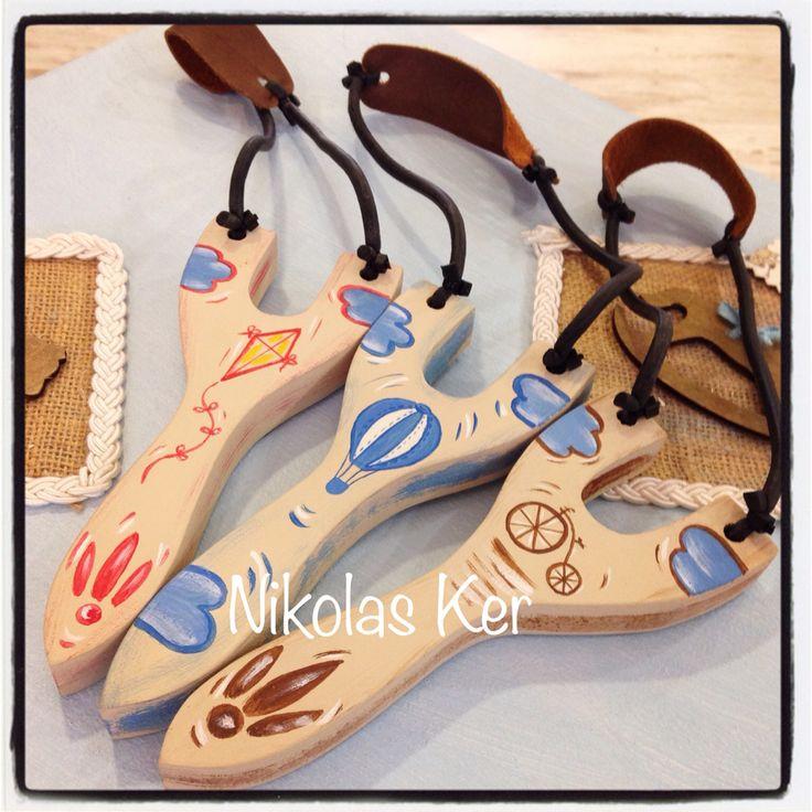 Ξύλινες μπομπονιέρες σφεντόνες ζωγραφισμένες στο χέρι. Θέμα & χρώματα δικής σας επιλογής! www.nikolas-ker.gr