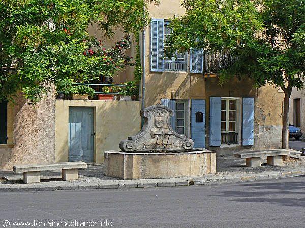 Alleins, Bouches-du-Rhône : La Fontaine place Bourrely-Jourdan