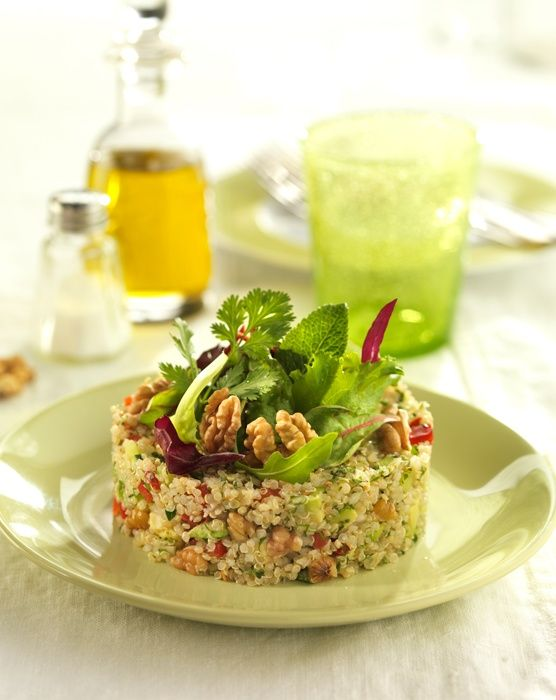 Ensalada de quinoa con Nueces de California Ingredientes: 150 g de quinoa1 aguacate o 100 g de pulpa limpia por aguacate ½ pimiento rojo (90 g)½ pimiento verde (90 g)1 …