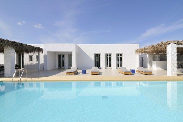Os responsáveis pelo projeto da Paros Beach House são os arquitetos Vazaios Petropoulos e Dimitris Karelis, e o engenheiro civil Christos Smyrnis, sócios do Studio265. A decoração ficou a cargo de Malvina Sarantitis.