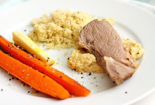 Rozmaringos-fokhagymás sült báránycomb finomságokkal