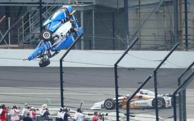 Incroyable crash lors des 500 miles d'Indianapolis (vidéo) -                  Les 500 miles d'Indianapolis ont été interrompus dimanche au 55e des 200 tours après un violent accident impliquant notamment le Néo-Zélandais Scott Dixon, sorti indemne d'une envolée spectaculaire ont indiqué les organisateurs.  http://si.rosselcdn.net/sites/default/files/imagecache/flowpublish_preset/2017/05/28/878775539_B9712151910Z.