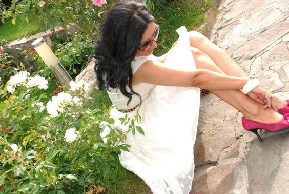 Smelling roses in my life..~ Stiti de ce se spune sa iei o pauza si sa mirosi trandafirii? Pentru ca au o frecventa vibrationala vindecatoare.Toate florile emit o frecventa, trandafirii o au pe cea mai inalta. Trandafirul alb este simbolul Sf. Fecioare Maria. O admir si O iubesc. Iubesc trandafirii albi..Iubesc viata mea in slujba luminii.