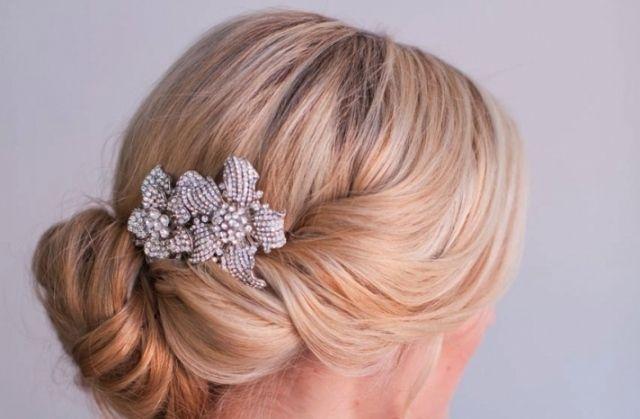 Steckfrisuren zur Hochzeit-Haare mit aufwendigem Schmuck vollenden-Blüten-Broschen