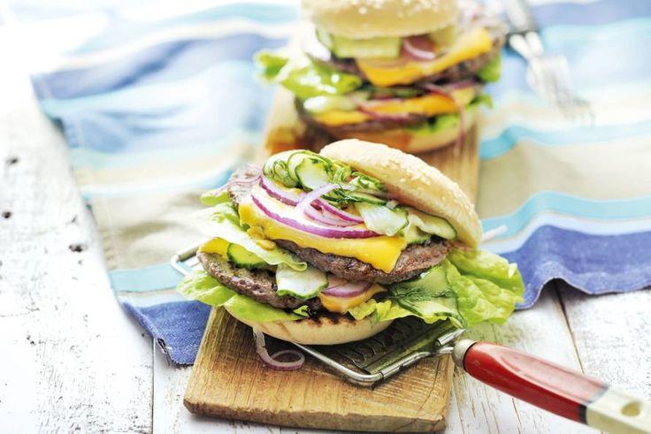 Barbecuefavoriet voor op een broodje, met een frisse komkommertopping en worcestershiresauce. - recept - Allerhande