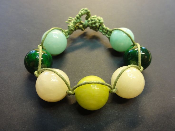 Geknoopte armband met groene kralen.