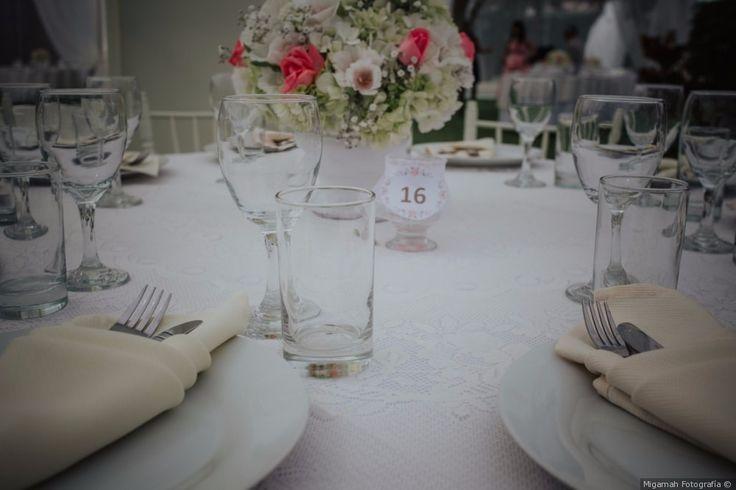 Decoración sencilla pero elegante para las mesas de la recepción #mesas #decoración #sencillo #elegante #centrodemesa #flores #blanco #boda #matrimonio #tables #decoration #simple #elegant #centerpiece #flowers  #white #wedding #weddingdecoration