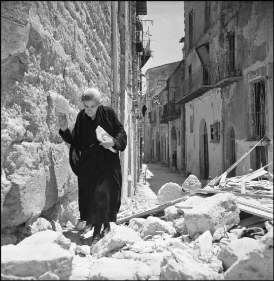 Agrigento (Sicily, Italy, 1943.) Photos by Robert Capa #agrigento #sicilia #sicily