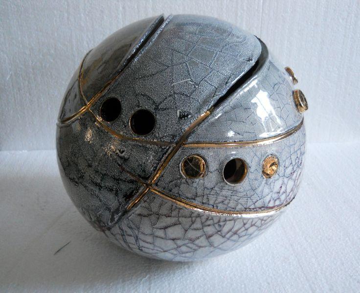 Sfera ceramica modellata a mano colorata con smalti.Diam cm 30