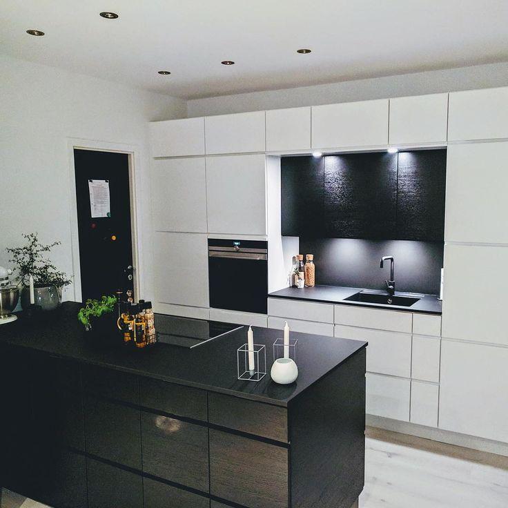 Kundebilde! Gratulerer med tøff #manobykvik løsning. Kombinasjonen av sort og hvitt gir spennende kontraster. • • • #kvikfredrikstad #kvikkjøkken #blackandwhite #kitchen #kjøkken #kjøkkeninspirasjon #kitcheninspo #homedecor #homeinspo #interiordesign #interiors #interiorforinspo #interiør #kitchenisland #kjøkkenøy #danskdesign #nordichome #danishdesign #skandinaviskehjem #scandinavianinterior #nordiskehjem