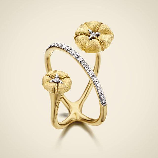 Amarcord ring from the homonimus collection by Nanis Jewels almost two rings that cross in yellow gold with diamonds #NanisJewels #ItalianLuxury #amarcord __________ Anillo Amarcord de la colección homónima de Nanis casi dos anillos que se cruzan en oro amarillo con diamantes #MadeInItaly #LujoItaliano __________ #DeJoyaEnJoya #FromJewelToJewel #JewelryBlog #Nanis #ItalianJewelry #ItalianDesign #fellini #roma #ItalianLuxury #LussoItaliano #ring #bague #anello #anel #anillo #sortija #diamonds…