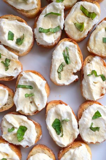 【材料】(お好みで量を調節) リコッタチーズ、レモンの皮、焼いたフランスパン(お好きなパンでOK)、バジルの葉、はちみつ  【作り方】 1.リコッタチーズとレモンの皮をよく混ぜあわせたら焼いたパンに塗る 2.バジルの葉を飾りはちみつをかける