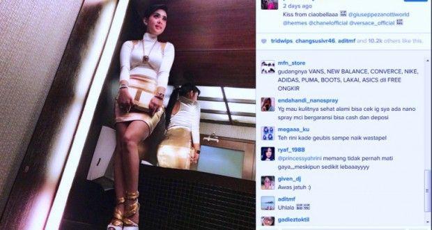 Instagram Artis : Inilah Foto Syahrini Naik Wastafel di Toilet