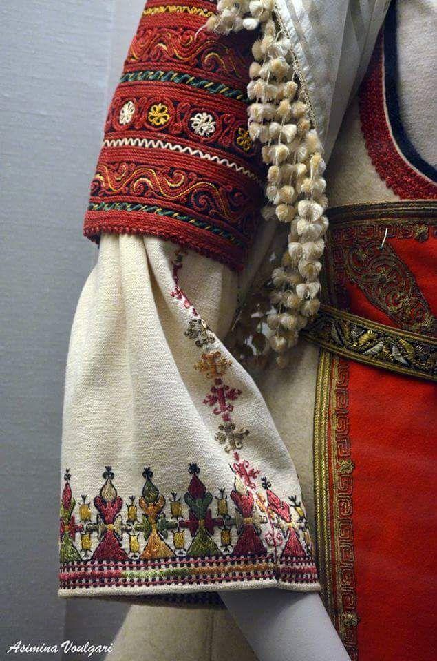 Νυφική φορεσιά Αράχοβας Φωκίδας. Φωτογραφία: Ασημίνα Βούλγαρη