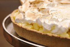 Dit is een taart om mee uit te pakken op een feest. Jeroen vult een bodem van kruimeldeeg met pudding op basis van ananassap. Daarover komt een laagje fijngesneden verse ananas en Italiaans schuim.