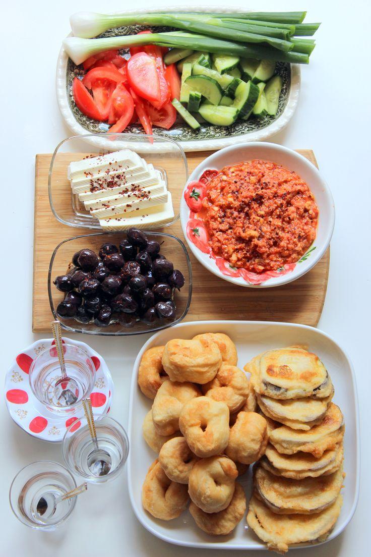 Türkisches Frühstück für Anfänger http://www.zeit.de/zeit-magazin/essen-trinken/2015-06/sonntagsessen-nesrins-kueche