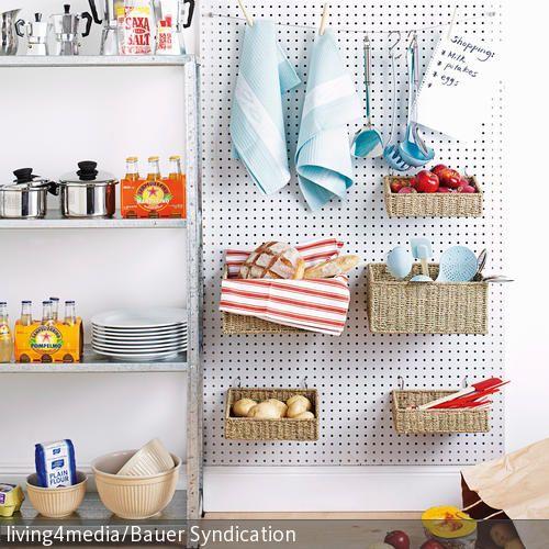Die Küchenaufbewahrung bestehend aus einer Montageplatte mit aufgehängten Körben ist eine schmucke Möglichkeit, um Küchenutensilien unterzubringen. Die  …