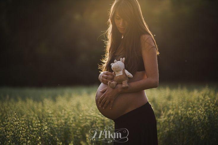 El atardecer, una barriguita, un campo de trigo y mucho amor para ésta sesión de fotos de embarazo con una pareja más que molona :D