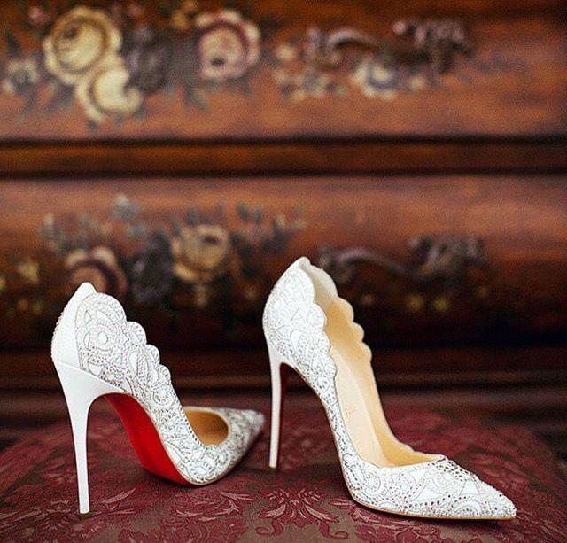 Zapatos de novia en blanco troquelado