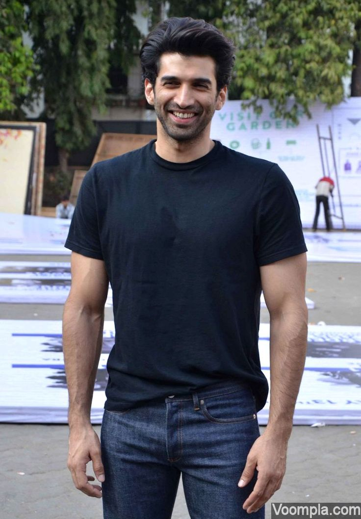 Aditya Roy Kapur looks so chilled out in a black T-shirt and jeans. via Voompla.com