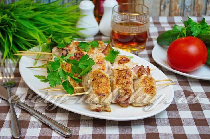 Если у вас есть сковорода гриль, тогда обязательно посмотрите как приготовить это потрясающее блюдо - куриное филе с беконом и чесноком на шпажках в сковороде гриль, рецепт с фото которого я подробно для вас описала.