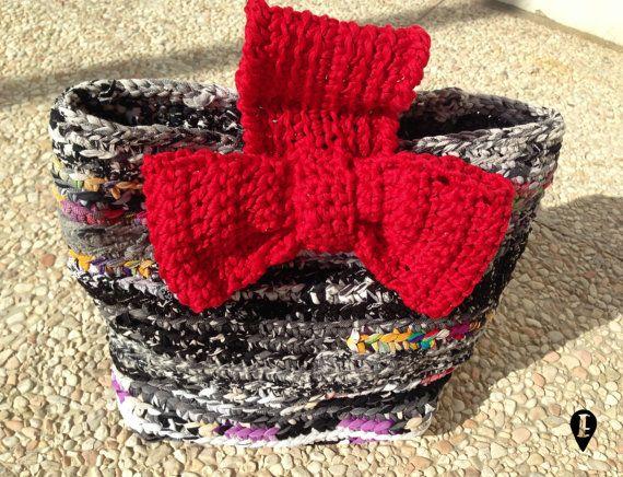Astuccio con fiocco realizzato all'uncinetto con di ELISABETOWN #astuccio #case #trousse #crochet #crocheted #uncinetto #handmade #bow #fiocco #recycled #fabric #tessuti #riciclati #unico #funny