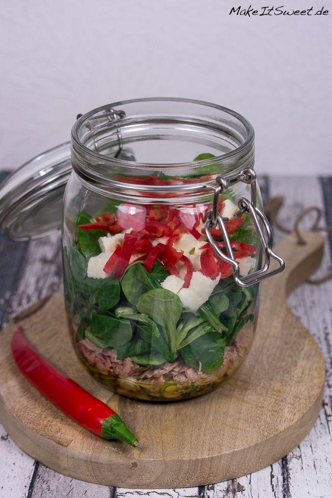 Ein leckerer Salat im Glas mit Thunfisch, Mozzarella und Feldsalat. Wer es scharf mag, fügt noch Chilis hinzu. Ideal zum Vorbereiten und Mitnehmen.