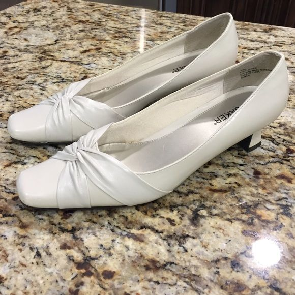 NWOT Liz Baker bone colored shoes New never worn beautiful color. Goes with any color❤️ Liz Baker Shoes