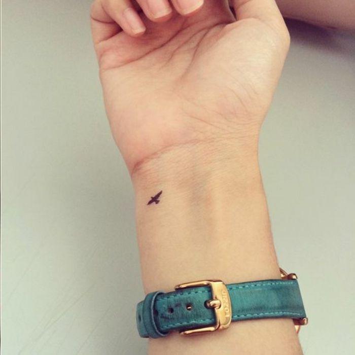 tattoo-piccoli-cuore-nero-semplice-polso-mano-da-donna-da-uomo