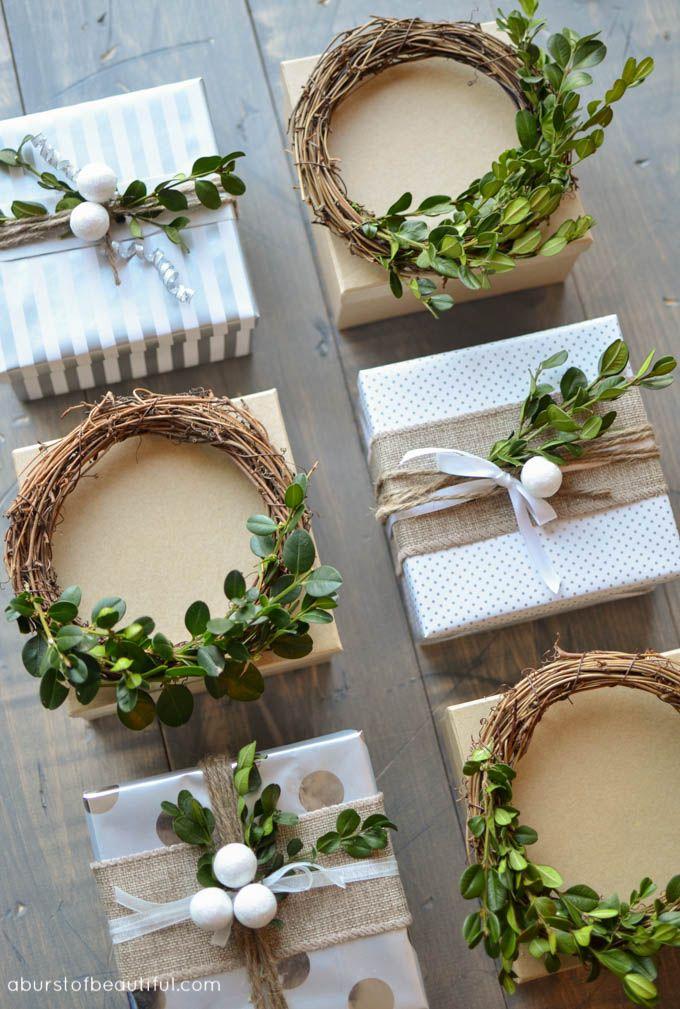 Un simple mini-couronne de buis maison crée un topper cadeau de fête pour les vacances.
