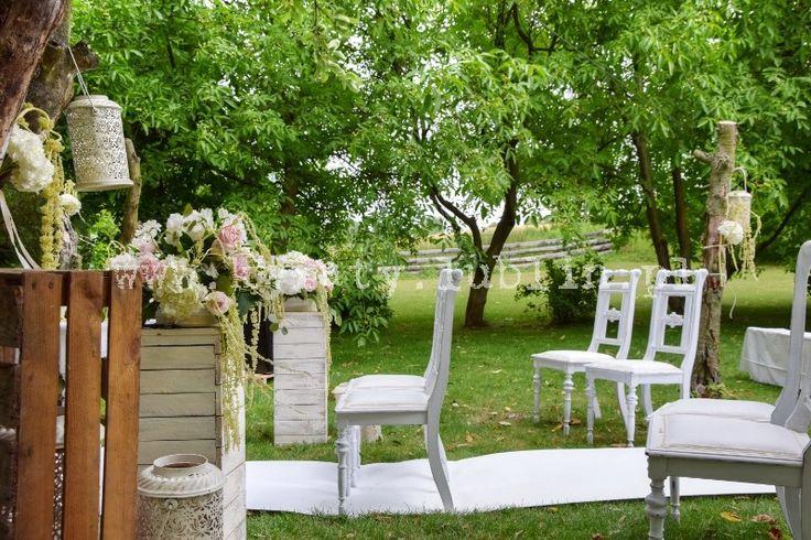 Ślub plenerowy w sadzie - krzesła dla młodych i drużbów, kwiaty, biały dywan