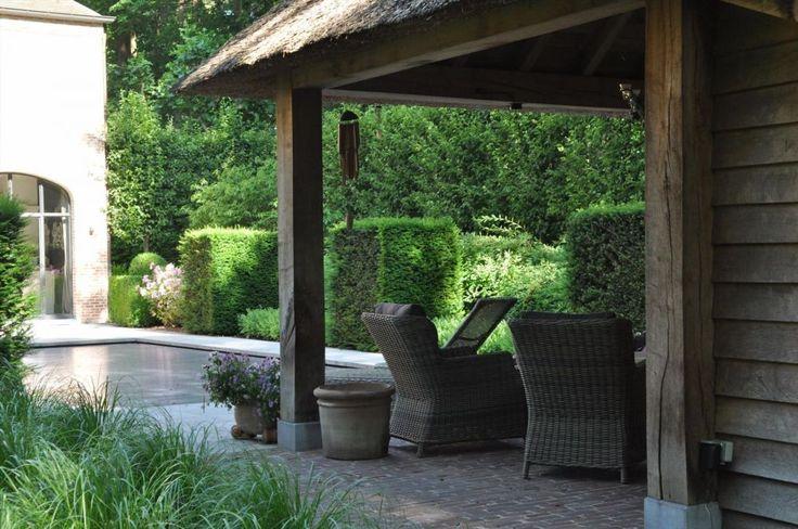 Op een rustige en mooie locatie gelegen Franse Manoir met ca. 1.925m² grond en verwarmd zwembad. Indeling gelijkvloers:Royale inkomhal met Franse nat...