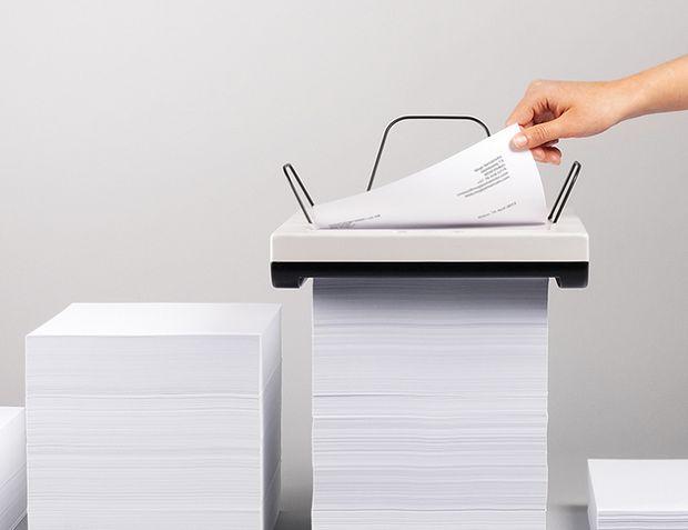 Impressora funciona em cima de uma pilha de papel (Foto: Impressora funciona em cima de uma pilha de papel
