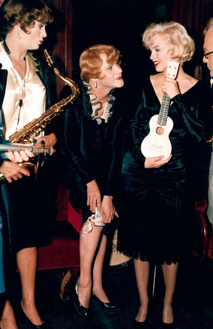 "36 Rare and Wonderful Color Photographs from Behind The Scenes of ""Some Like It Hot"""