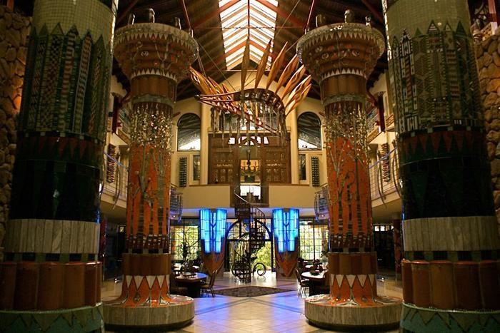Welkom by Ammazulu boutiek hotel geleë in Kloof; 'n visioenêre tuiste, wat die kulturele erfenis van Kwazulu-Natal herdenk, het ontstaan op die rand van die Kloof Gorge wat uitkyk oor die Krantzkloof natuur reservaat. Die paleis, wat gedeeltes van KZN SE geskiedenis reflekteer, is die visie van die Durbanse kunstenaar Peter Amm wat sy hele versameling van Zulu kuns en kunsvlyt geïnkorporeer het in meer as 40 gekraalde kolomme van voortreflike skoonheid. <br/><br/>Dit was hoofsaaklik ontwerp…
