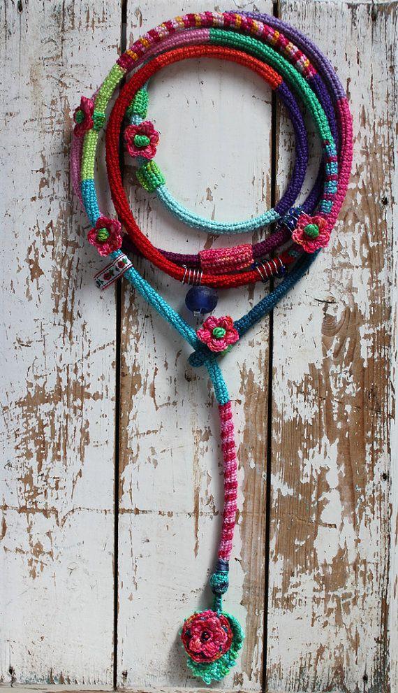 Collana crochet colorati con un vecchio grande blu africano glassbead, pizzo antico, uncinetto fiori e varie perline e spirali metalliche