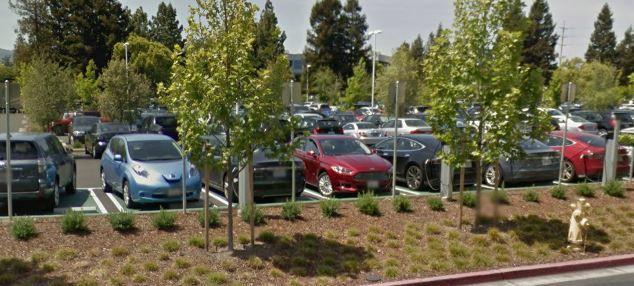 """Apple HQ: """"Ein Parkplatz voll mit Teslas!"""" - https://apfeleimer.de/2016/08/apple-hq-ein-parkplatz-voll-mit-teslas - Ein Apple-Mitarbeiter hat ein Foto des Firmenparkplatzes auf Reddit veröffentlicht und damit für Wirbel gesorgt. Auf dem Bild war der Apple Parkplatz zuerkennen und auf diesem fast nur Modelle der Marke Tesla. Die Elektrofahrzeuge von Elon Musk sind bei den Angestellten aus Cupertino aktuell das ..."""