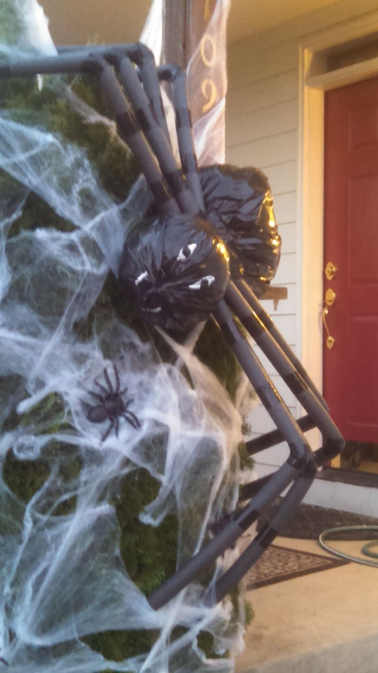 Outdoor spider decoration- easy to do.  Just need a black garbage bag, black duct tape, stuffing and pipe insulating tubes.