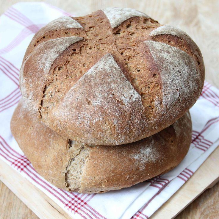 Mustigt, enkelt och gott bröd som är bakat på lantbrödsmjöl som innehåller surdeg, vete, råg och rågkli.