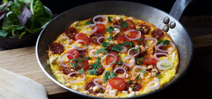 Kjøp Omelett med chorizo og resten av ukeshandelen med ett klikk! Omelett er en enkel familiemiddag og denne gjør seg selv i ovnen. Server gjerne med en grønn salat og litt godt brød.