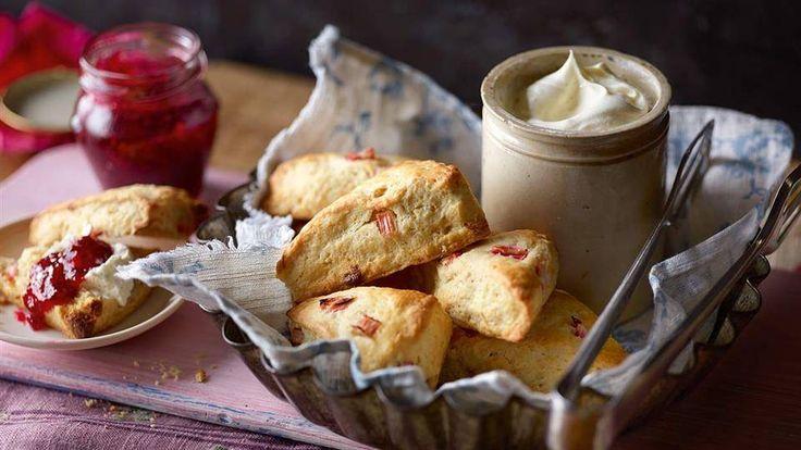 Wykorzystaj sezon na rabarbar i upiecz pyszne babeczki! Przepis na minibabeczki z rabarbarem znajdziesz na stronie Kuchni Lidla.