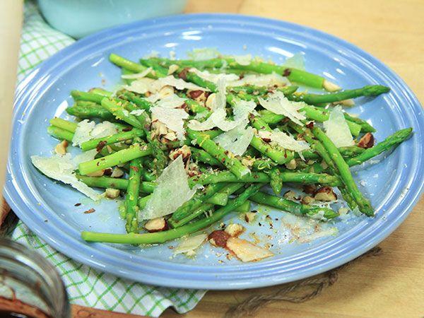 Sparris med rostade hasselnötter och pecorino | Recept.nu