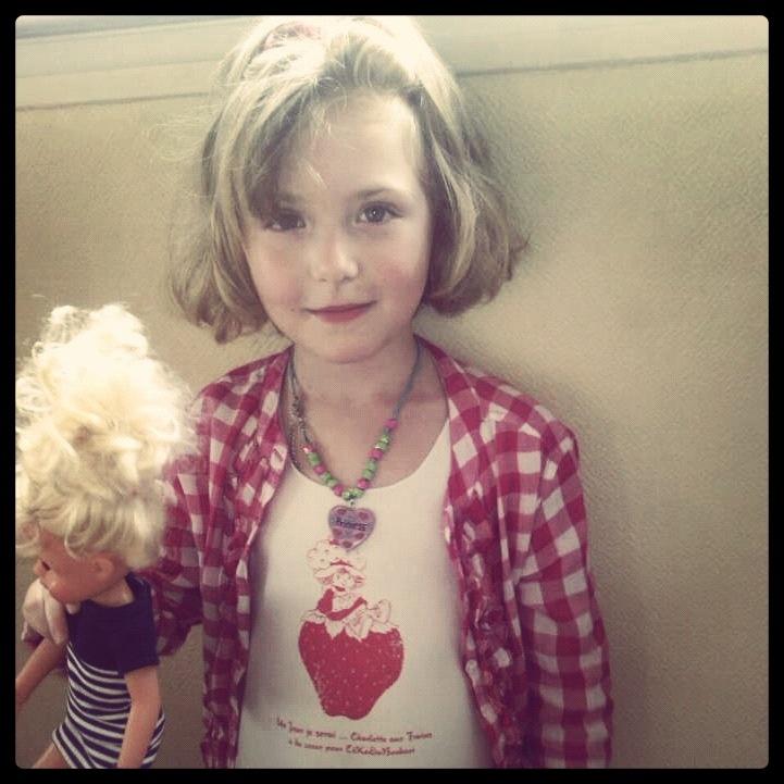 Anaïs porte le Tshirt Un Jour je serai ... Charlotte aux Fraises a du cœur pour CéKeDuBonheur !   La marque a fabriqué des pack tshirt à l'effigie de Charlotte aux Fraises pour la vente aux enchères des poupées relookés par 20 designers !