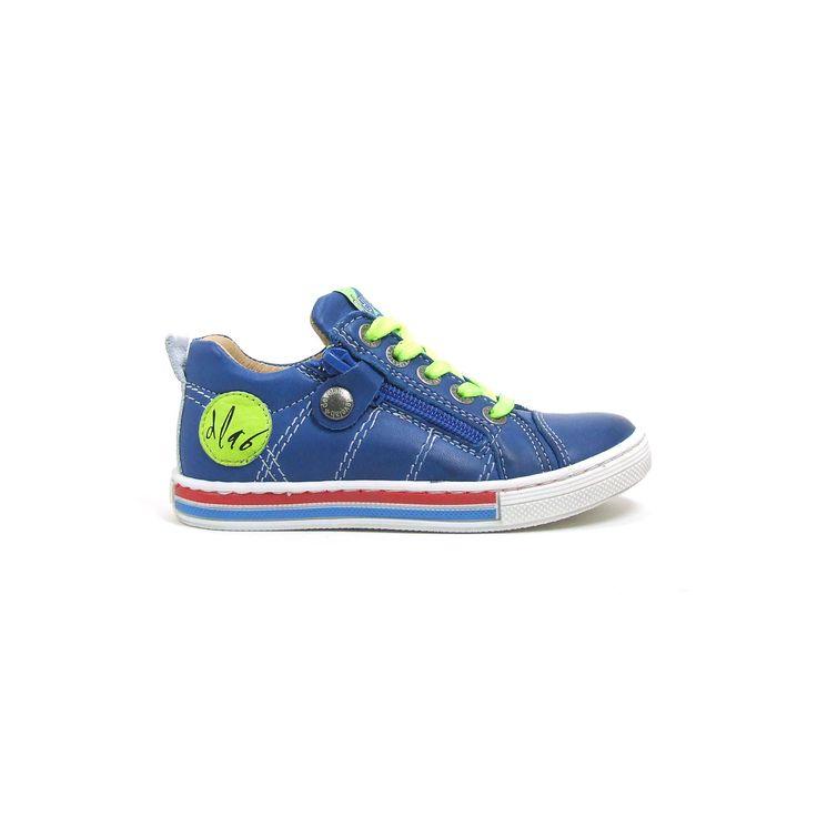 Lage leren veterschoenen van Develab, model 41023! De schoenen zijn van blauw glad leer met witte stiksel, van saai is echter geen sprake want de sneakers worden opgevrolijkt door de knal lime kleurige veters en dito kleur embleem aan de zijkant van de sneakers. Daarnaast loopt je zoon er helemaal koningsgezind bij door de rood, wit, blauwe strepen op de rubber zool. Ook deze sneakers naast de veter een handige rits om snel in en uit de schoenen te komen.